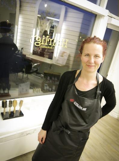 """Maria Hellström blev intresserad av miljöfrågor när hon insåg vilken kemikalietyngd branch hon arbetar i. Det är dags att någon tar ansvar för frisörers arbetsmiljö som är jämförbar med målarnas på 60-talet. """"I dag stannar en frisör i snitt kvar i yrket 8 ½ år och ca 70% drabbas av astma och allergi"""" berättar hon."""