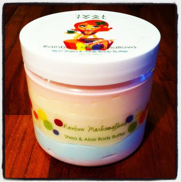 Tvål Scincares Rainbow Marshmallow  är gjord i sex lager och innehåller 200 ml basen är sheabutter och cocosolja. kostar 199 kr