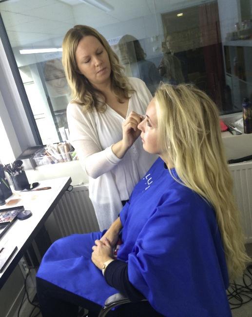 Petra blir sminkad av makeupartisten Carina Nilsson som jobbar med Aftonbladets TV-produktion