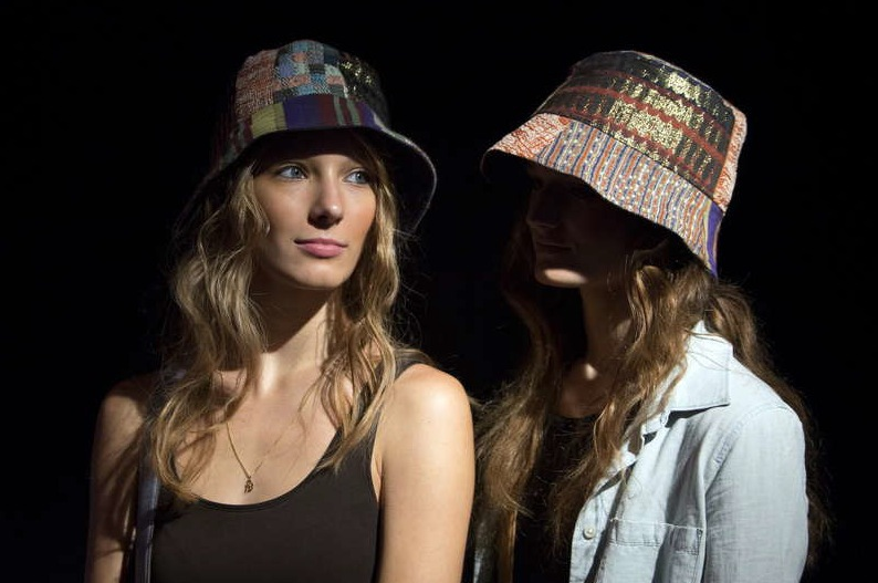 Naturliga lockar och bleka läppar hos BCBGMAXAZRIA under New York Fashion Week