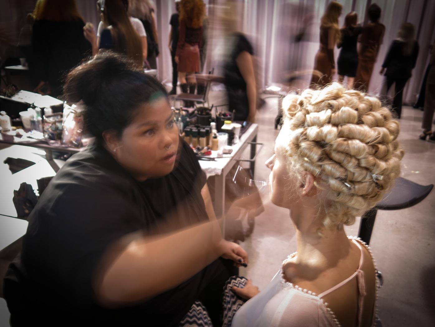 Brådis för makeupartisterna innan showen sätter igång
