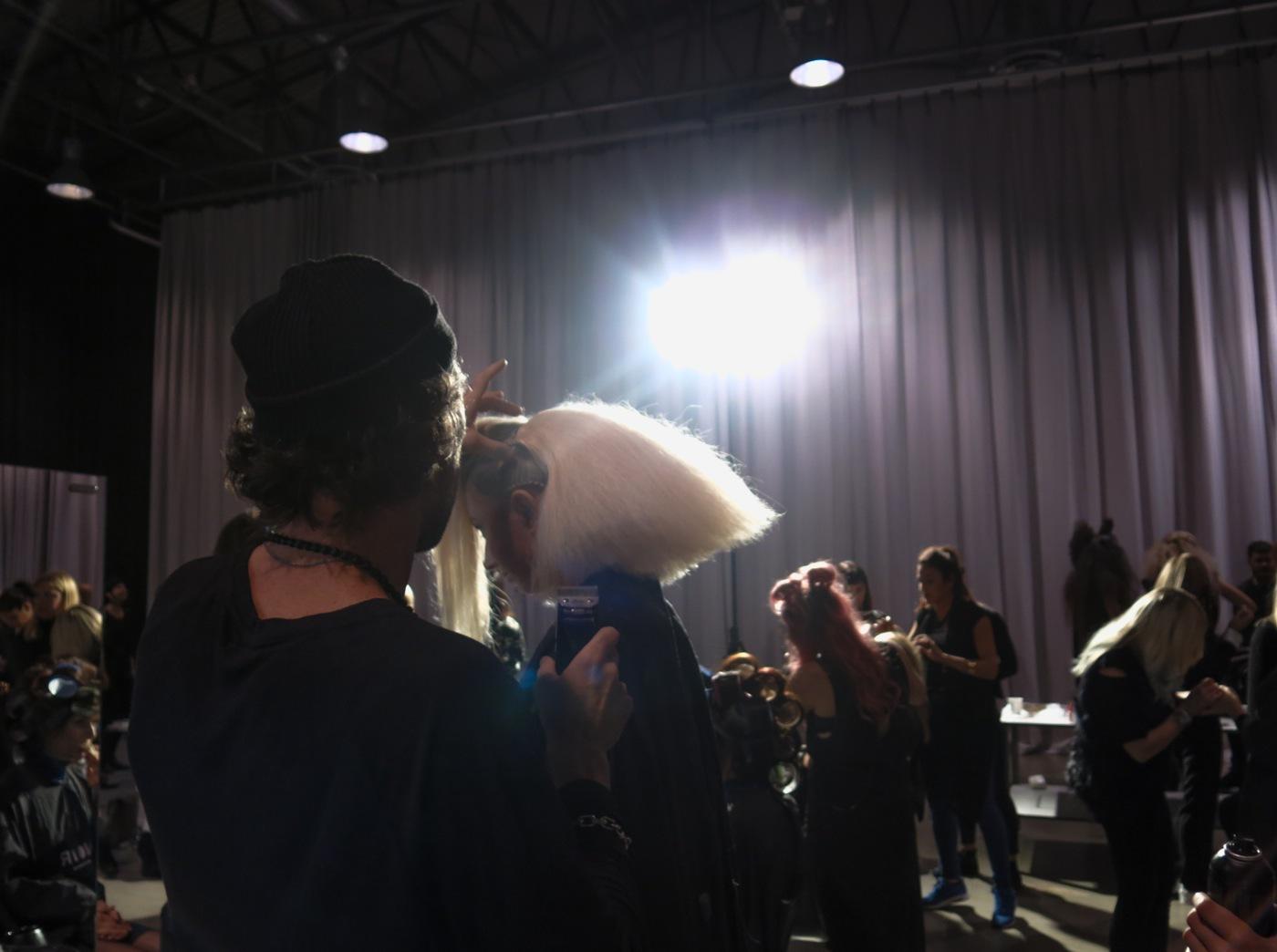 Dart Wader och Starwasfebebern är redan igång. Hasse Nilsson på Noir lägger sista handen vid frisyren innan showen börjar.