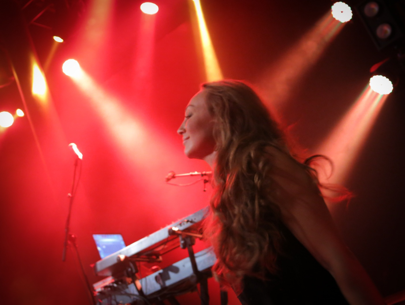 På kvällen rockade Charlotte Perrelli loss så att rastaflätorna höll på att lossna på sällskapet som stod framme vid scenen.  Foto: Agneta Elmegård