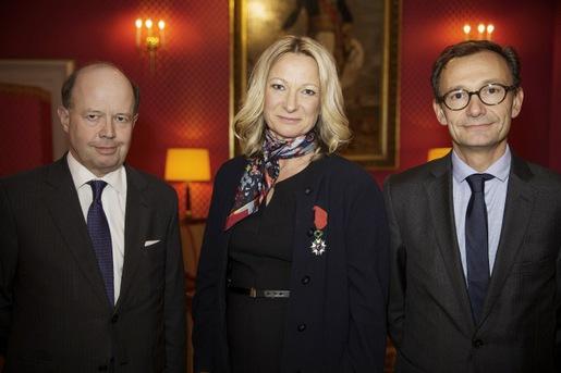 Annelie Johansson i mitten tog emot Légion d'Honneur, den Nationella Orden av Hederslegionen från Frankrikes ambassadör Jacques Lapouge till vänster. Guillaume Darrousez, Yves Rocher Paris, till höger