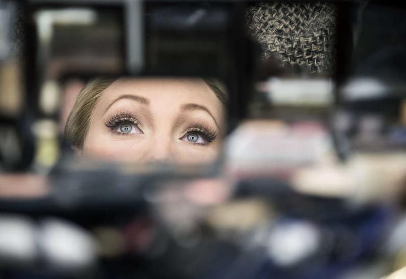 Charlotte har alltid en concealer i väskan . Bild: Aftonbladet/Lotte Fernvall