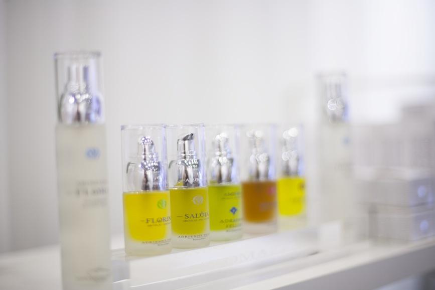 Adrienne Feller fråb Ungern kombinerar aromaterapi och olika oljedensitet för att reglera balansen i huden.