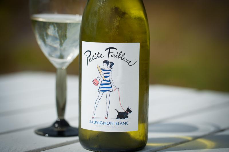 """Köper du vin efter snygga etiketter. Inget att skämmas för. Det gör jag också! japanska modeillustratören Yoco Nagamiya har designat den senaste """"Petite Faiblesse""""-flaskan."""