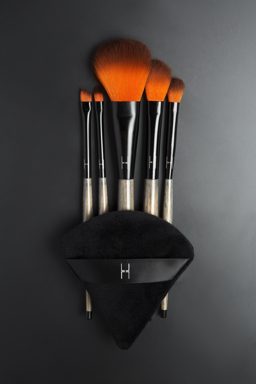 The basic kit. Borstar i syntet och med ergonomiska trähandtag. Gillas. Känns sköna att arbeta med!