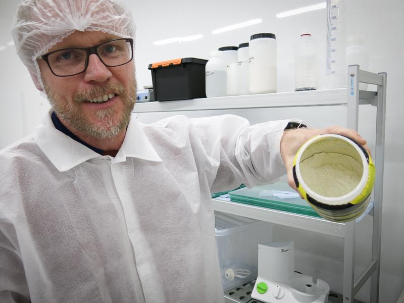 """Micke Lindblad är en av medgrundarna till kosttillskottet Reserol. Här står han med """"det vita guldet"""". Dyrare än guld, berättar han."""