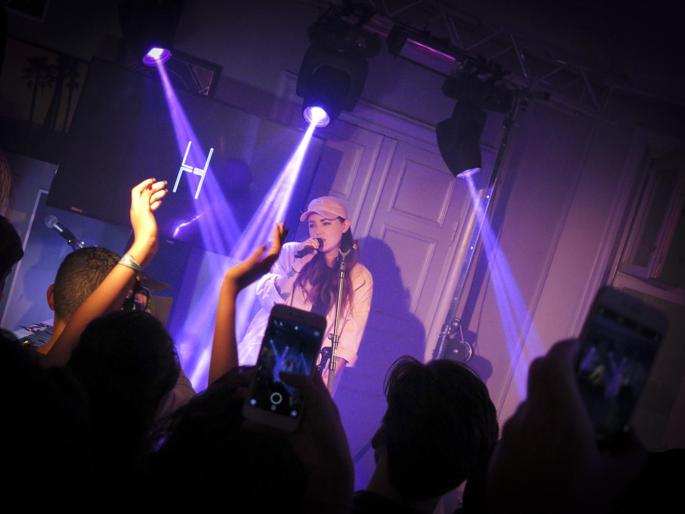 Miriam Bryant sjöng exklusivt för Linda Hallberg på invigningsfesten på No 18