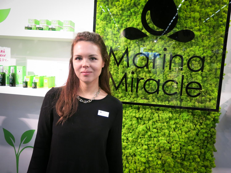 Norska Marina Engervik har precis öppnat butik i Norge från att bara funnits på nätet. Hon har sedan födseln haft svår atopiskt eksem och fick bara lindring av jättenattljusolja. Hon började tidigt experimentera med oljor i sitt eget kök . Nu gör hennes oljor succé i Norden