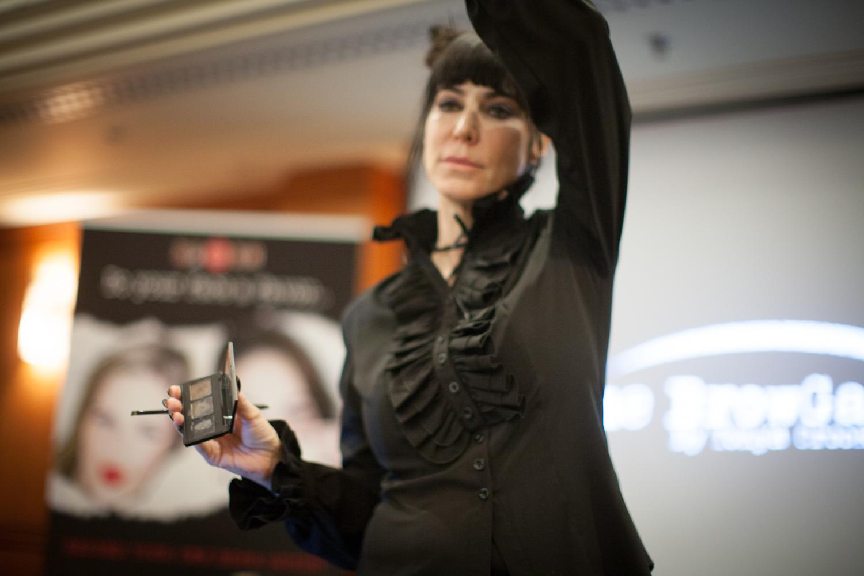 The Browgal - Tonya Croocks - har snabbt blivit en av Hollywoods medst eftertraktade ögonbrynsspecialist. Här håller hon föredgar på Daisy Beautys skönhetskonferens i London