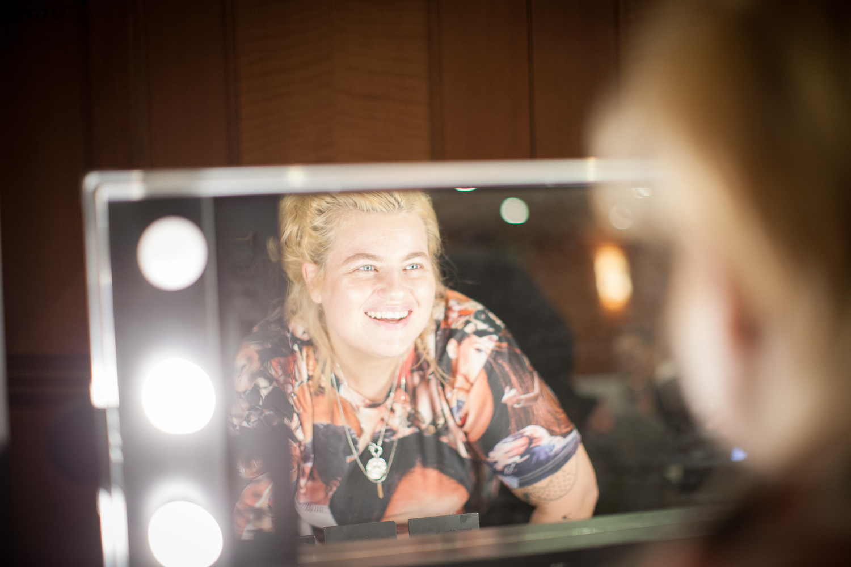 """Kakan Hermansson var """"sjukt nöjd """" med sina nyformade bryn. """"Vilken skillnad"""" säger hon. Foto: Agneta Elmegård"""
