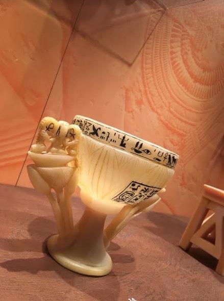 I forntida Egypten beredde man exklusiva dofter och oljor i alabasterkärl likt den här från Tutankhamons grav