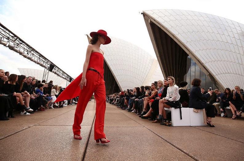 Monokromt utanför det berömda operahuset i Sydney. Foto: Reuters