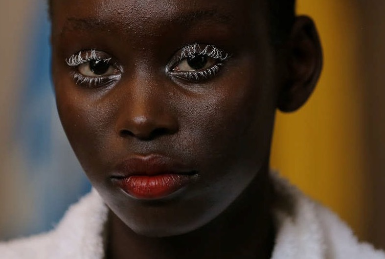 Vit mascara på modellerna hos designern GaryBigeni