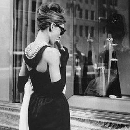 Filmen Breakfast at Tiffanys med Audrey Hepburn efter TRuman Capotes bok med samma namn blev ett genomslag både för Audrey och juvleraraffären. Idag skulle vi nog kallat det sofistikerad produktplacering.
