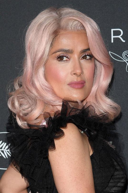 Salma Hayek, varför... Varför? Rosa hår är inte Zelmas starkaste gren. Om ni frågar mig.