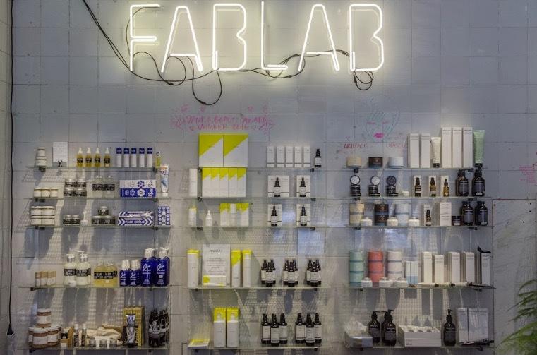 Många trevliga och spännande märken på nyöppnade FABLAB på Bondegatan 7 i Stockholm. Värt ett besök för en beautyjunkie!
