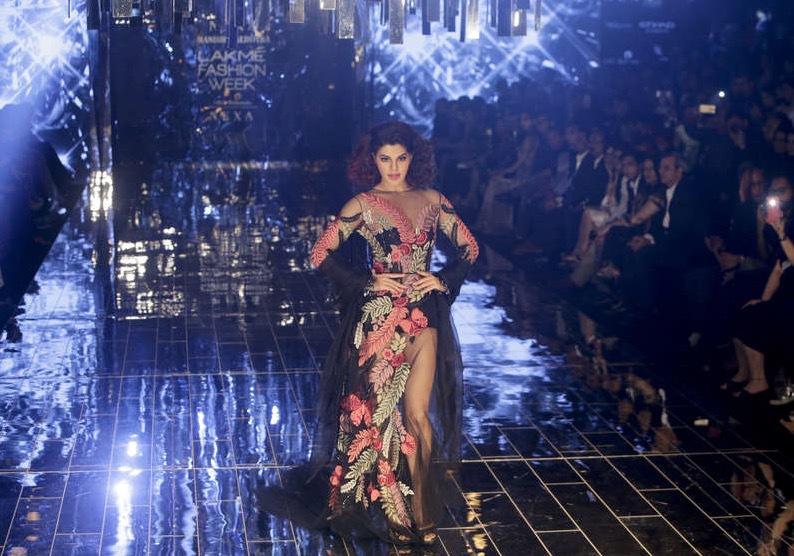 Foto: AP Bollywoodskådisen Jacqueline Fernandez visade kläder för designern Manish Malhotra under Lakme Fashion Week 2017 i Mumbai.