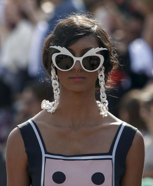 På Ronaldo Fraga hade modellerna spejsade glasögon och nittitalsstyling. Coolt. Foto AFP
