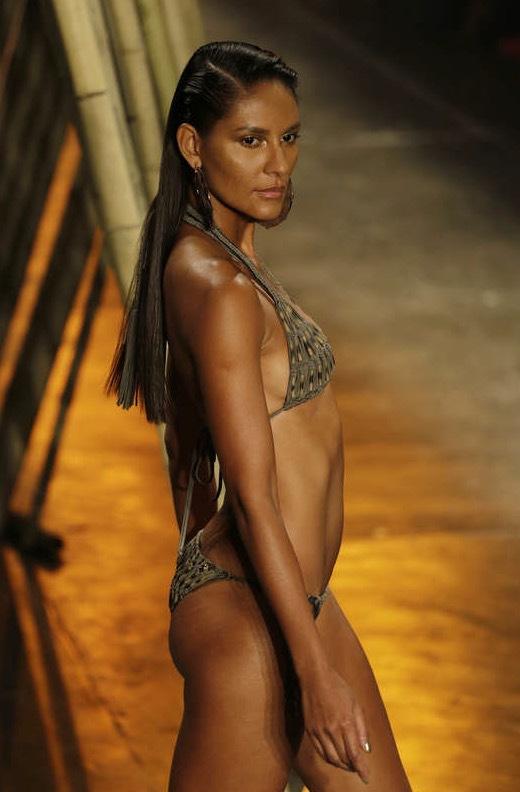 Aqua de Coco visade upp bikini i nertonad färgskala från solgult till höstbrunt under Sao Paulo Fashion Week i Sao Paulo