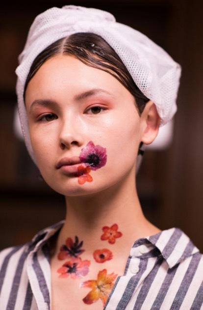 Naim modeller hade handmålade blommer på huden