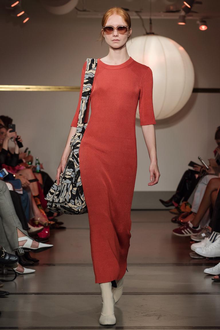 Rodebjer hade en vacker lång klänning i sin vårkollektion i mer dov röd färg