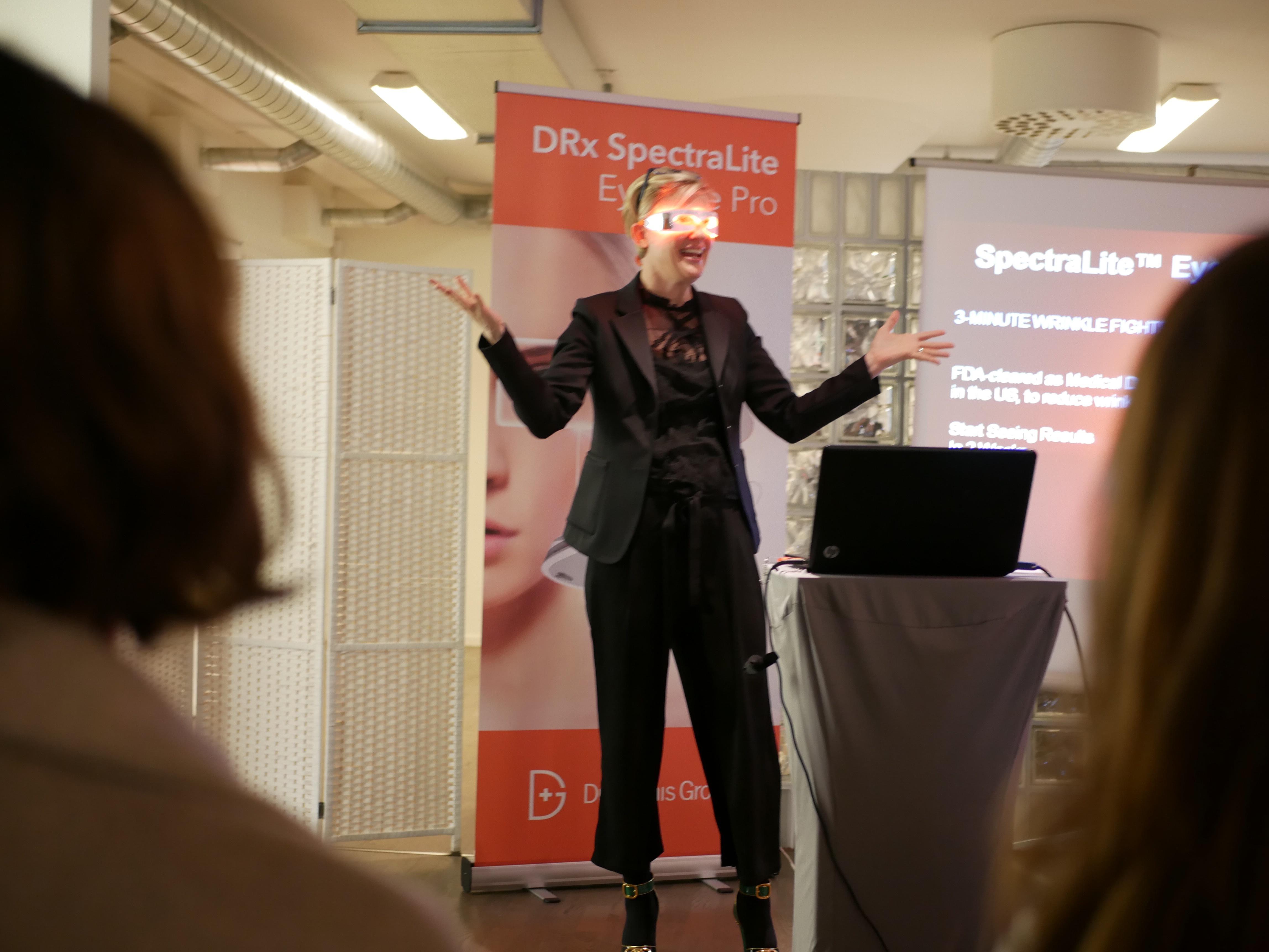 Michele Snyderåker världen runt och marknadsför Spectralite EyeCare Pro. Nu har turen kommit till Sverige. Under nästa vecka kommer NK att vara först med lysmasken!