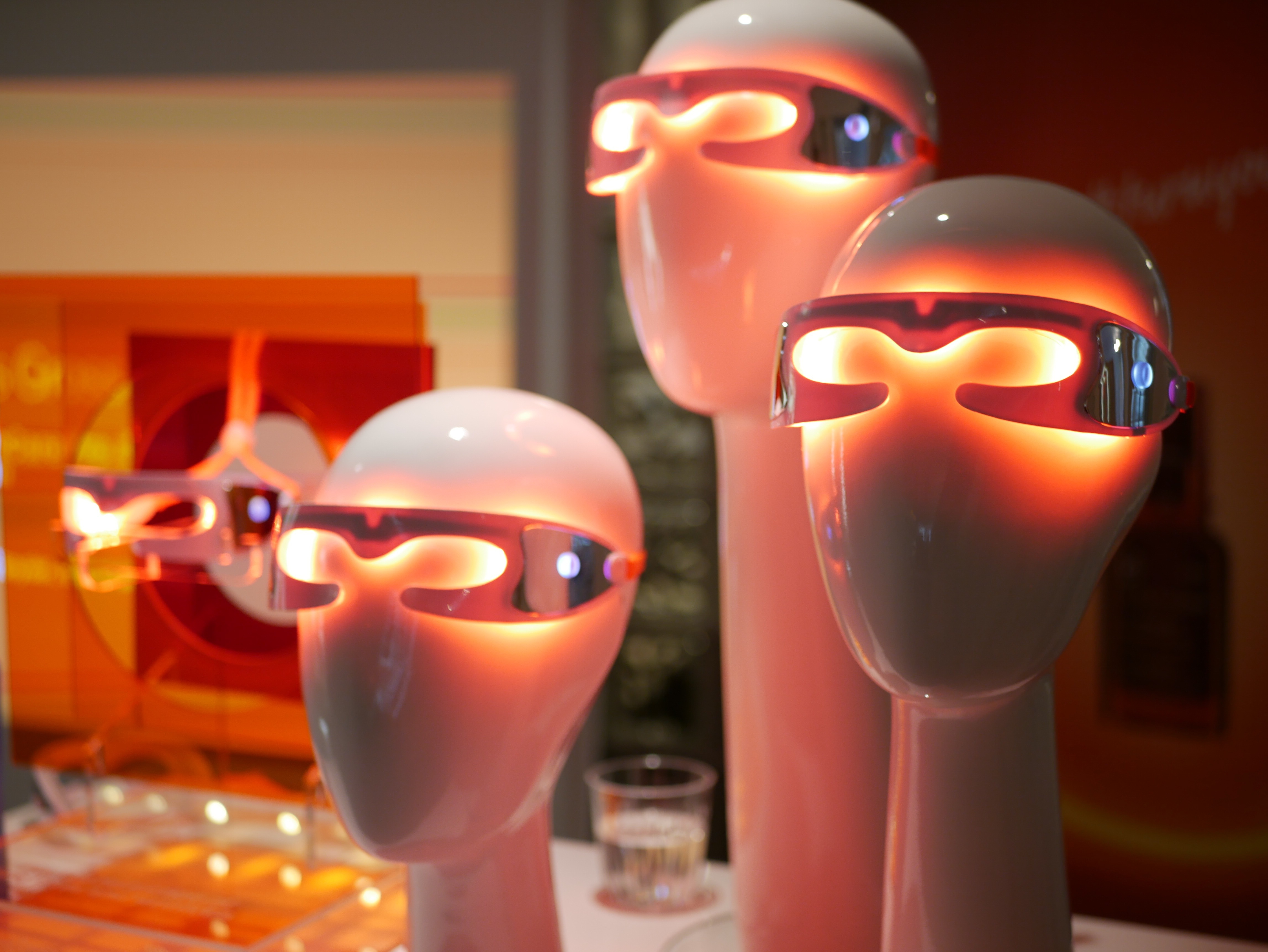 Spectralite EyeCare Pro laddas med en USB-kontakt och det inbyggda batteriet håller i tre år.