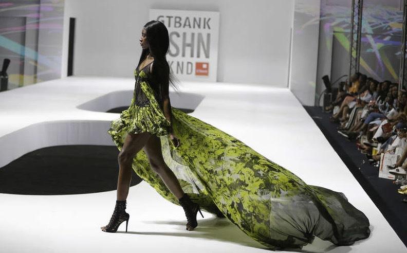 Julien Mc Donald visade sin vårkollektion under Nigerias modevecka i Lagos. Foto: