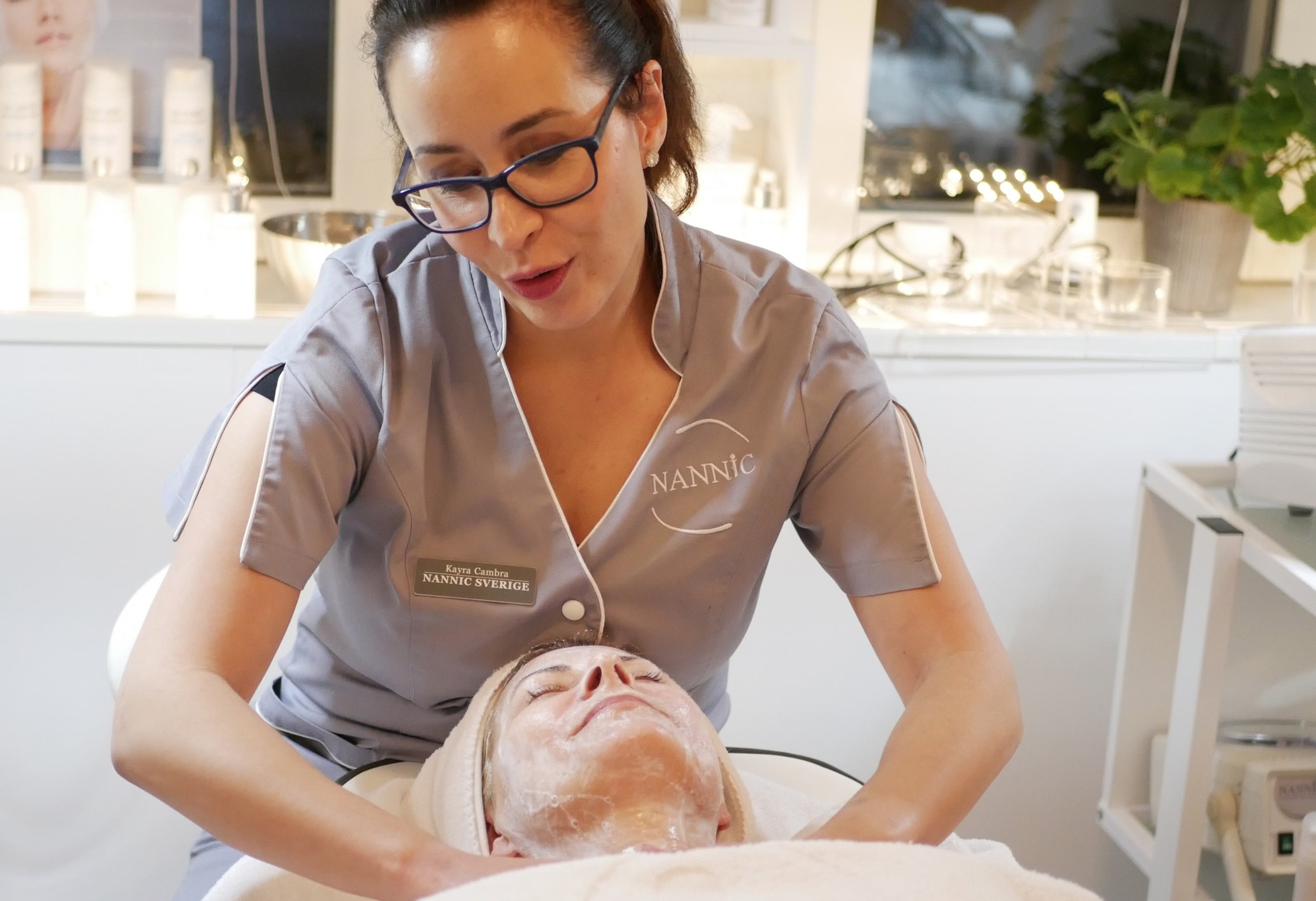 Hudterapeuten Kayra Cambra började med en djuprengöring av huden för att avlägsna döda hudceller