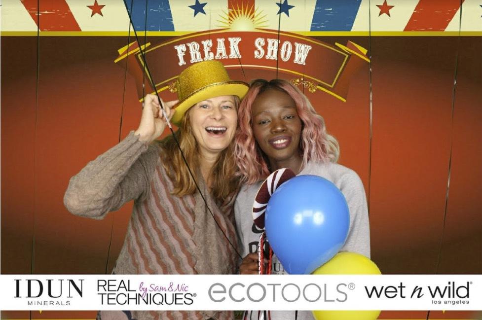 Aysha Jones från Melaninboxes och jag fastnade i fotoboothen...