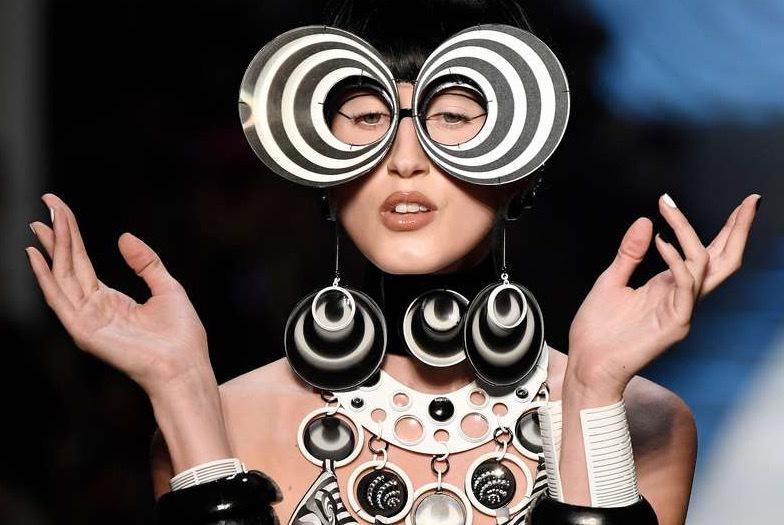 Jean Paul Gaultier vidade upp en mer futuristisk creation