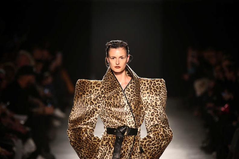 Unga designerstjärnskottet Gareth Pugh är faschinerad av axelvaddar. Här bider från veckans visning på London Fashion Week, fall 2018 . Foto: Reuters