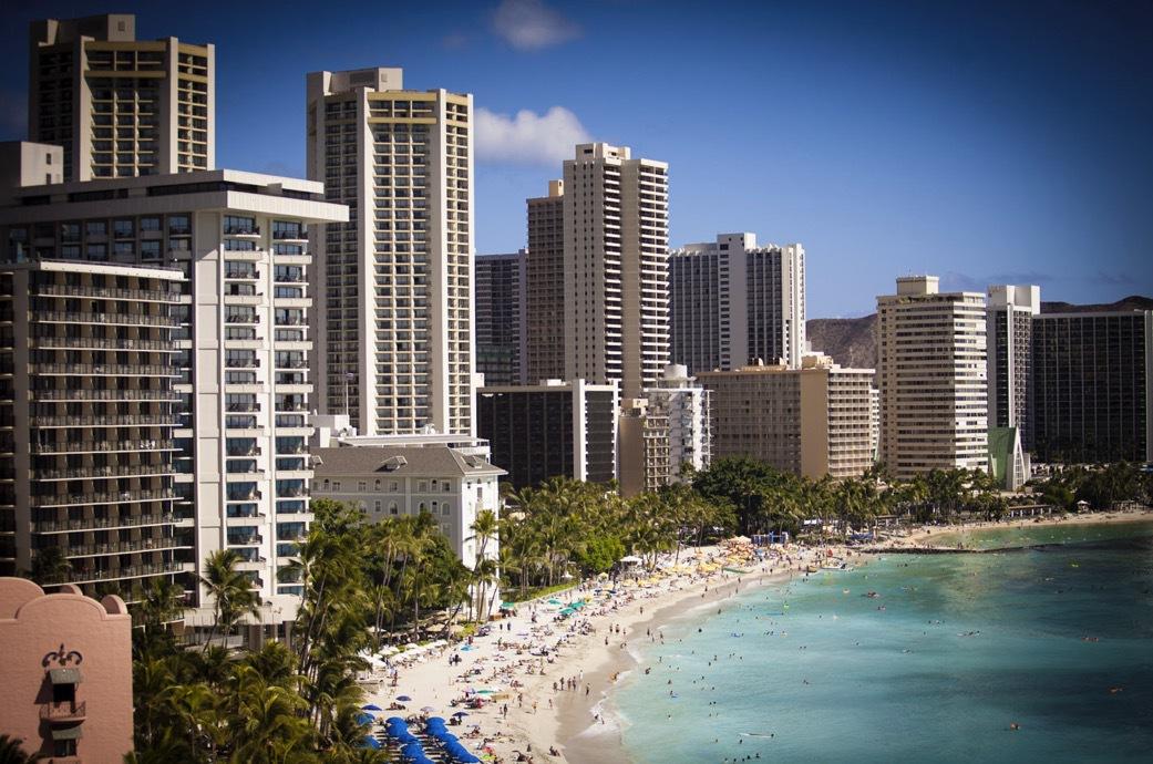 Waikistrand i Honolulu är ett av områdena där man uppmätt höga halter av kemikalierna oxybenzone och oktinoxat i vattnet. Foto: Agneta Elmegård