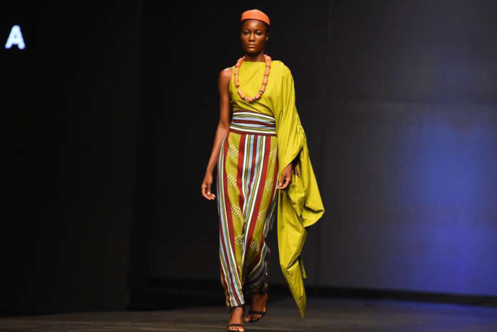 Bild från TT. Modeveckan i Lagos. Designern Cynthia Abila visade upp en mix av moderna och traditionella kläder.