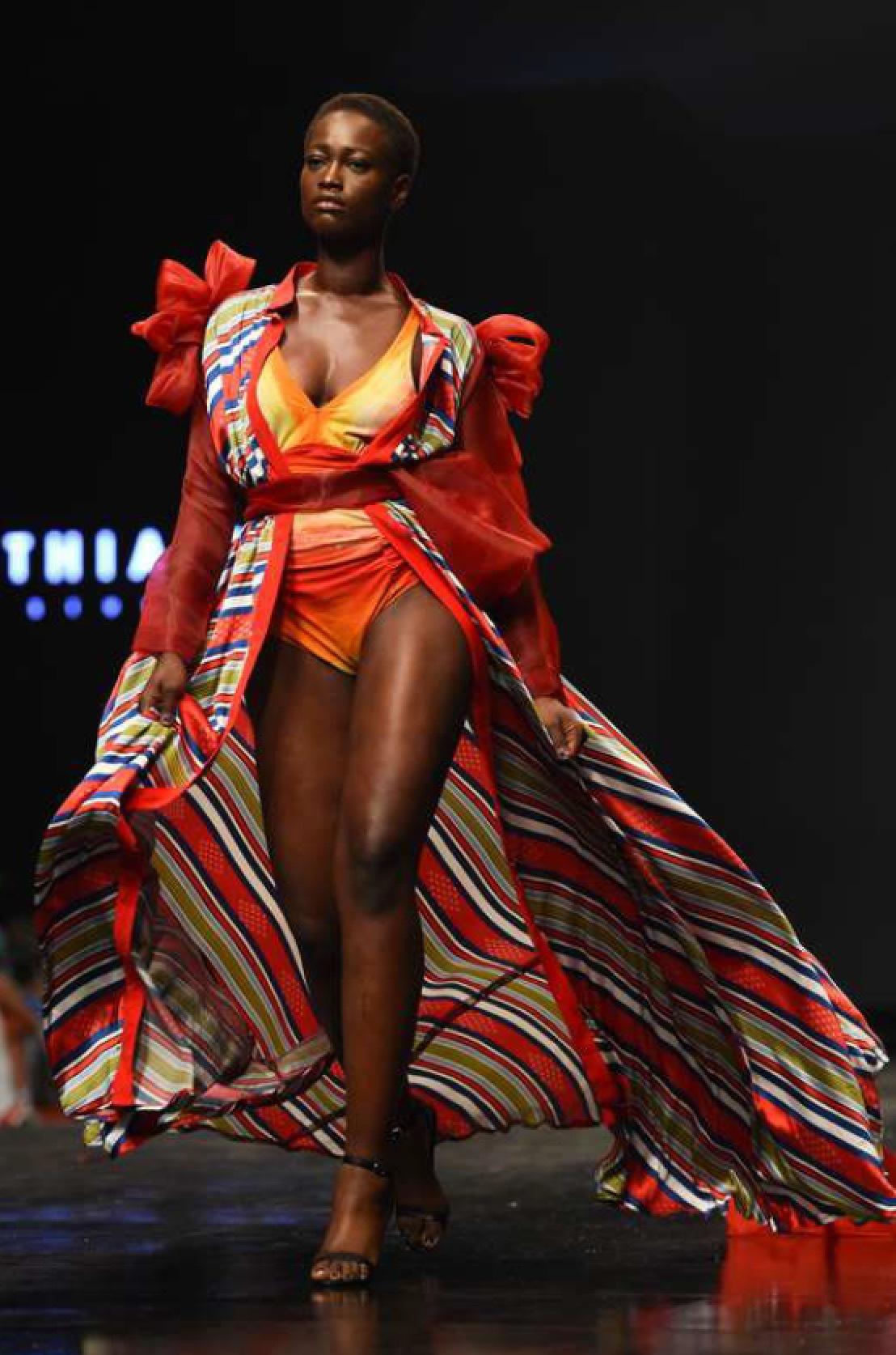 Cynthia Abila visar under lagos fashion week. Bild från TT