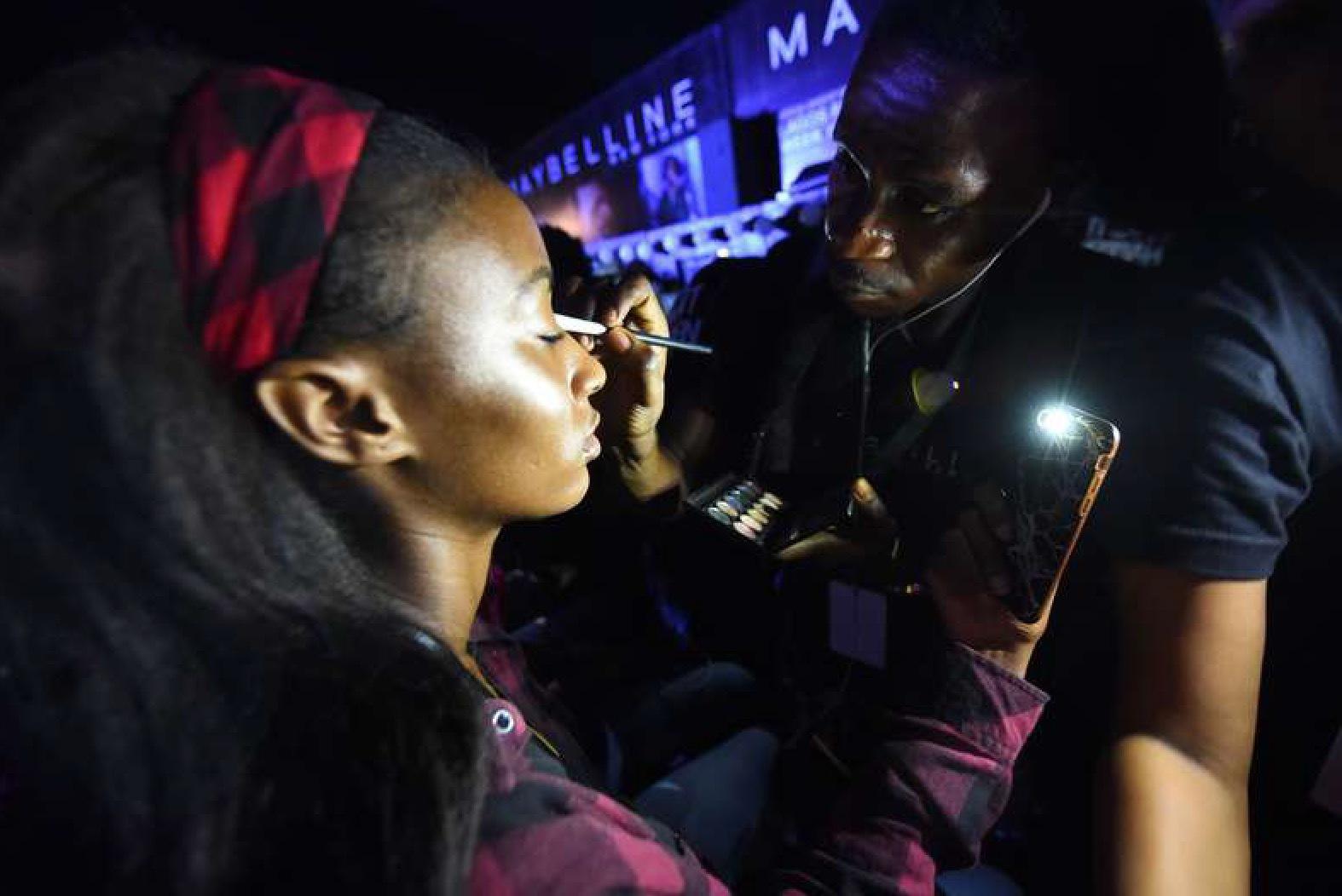 Backstage på Nigeras modevecka i Lagos. Foto. AFP