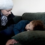 Yazeh Alkurdi, 3, har feber och tröstas av mamma Dima. Foto: Stefan Mattsson.
