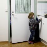 Hala Alkurdi, 2, har fått vinterskor av en busschaufför som läst om familjen i Aftonbladet. Foto: Stefan Mattsson.