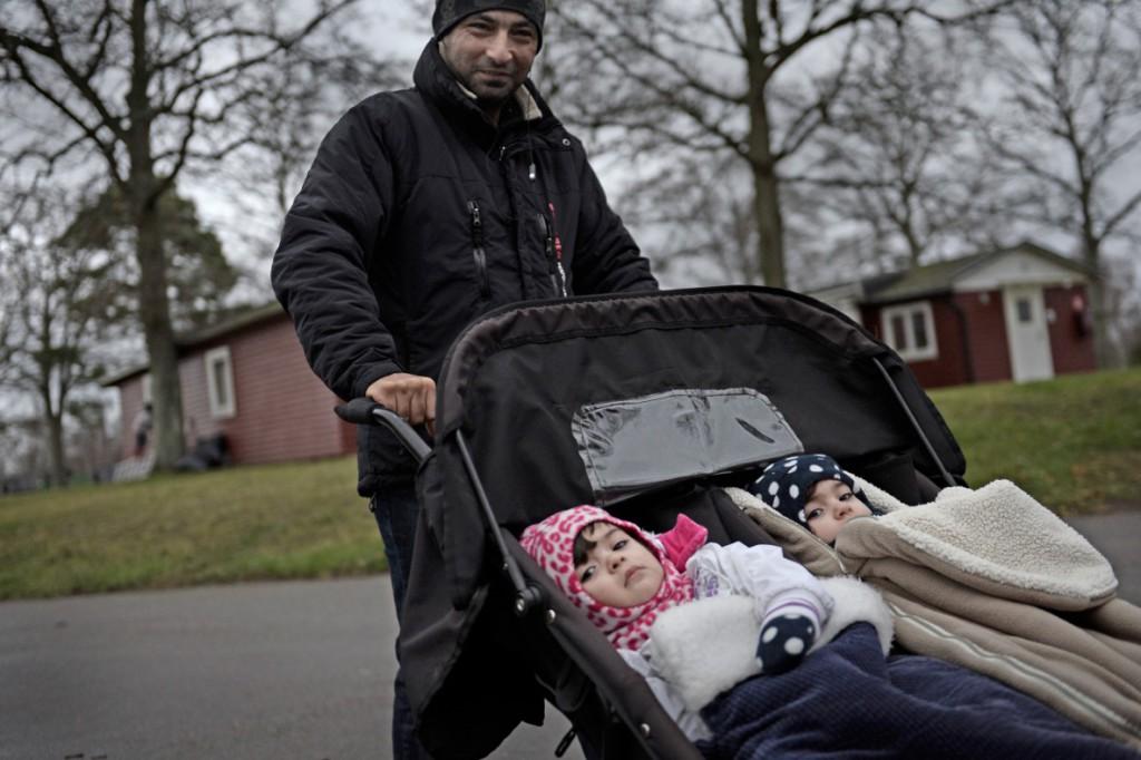Mustafa Alkawaf går med tvillingarna Israa och Alaa i vagnen. Även de kommer från Syrien. Foto: Stefan Mattsson.