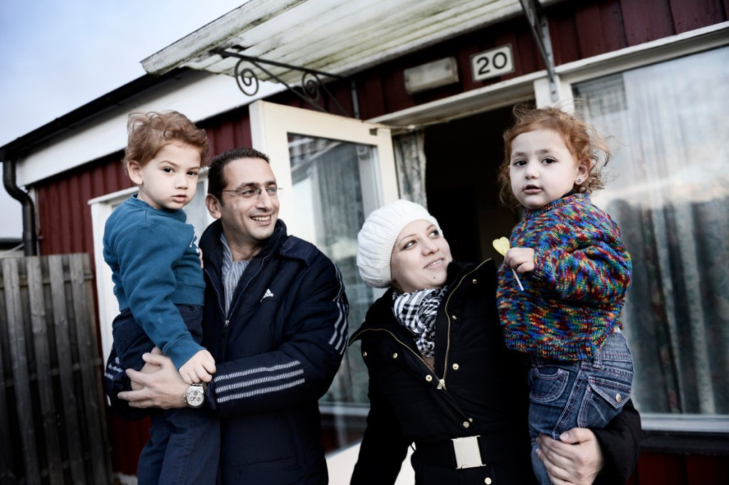Familjen Alkurdi vill glömma allt som hänt. Men släkt och vänner är fortfarande kvar i Syrien. Foto: Stefan Mattsson.
