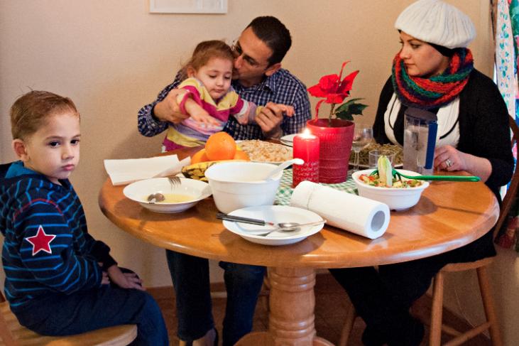 Abdul, Dima, Yazeh, 3,5  och Hala, 2, firar första julen i sitt nya land. Foto: Emilia Olofsson.