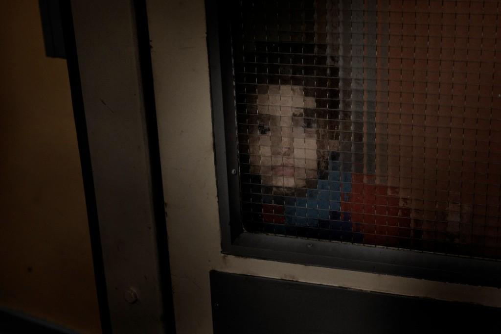 Sara, 5, leker i de långa korridorerna på Stora Ekeberg. Foto: Stefan Mattsson.