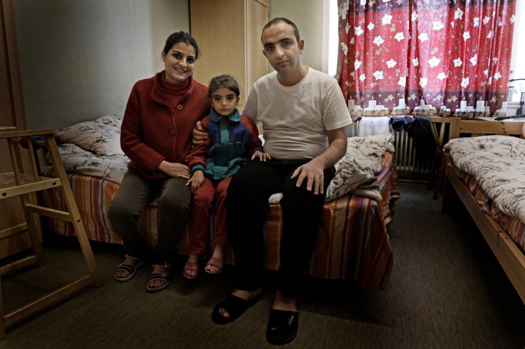Maryam Rizk och Feras Etma med dottern Sara, 5, flydde kriget i Syrien. De bor nu i ett rum på Bert Karlssons boende, och uppger att de trivs bra. Foto: Stefan Mattsson.