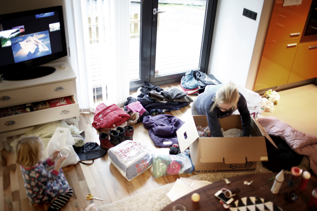Lotta och hennes familj har samlat ihop säckvis med kläder till flyktingar. Foto: Privat.
