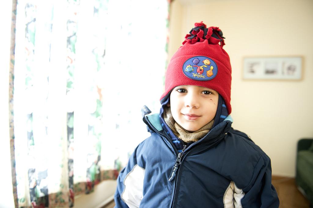 Yazeh, 3, på väg ut i snön. Foto: Lars Allard.