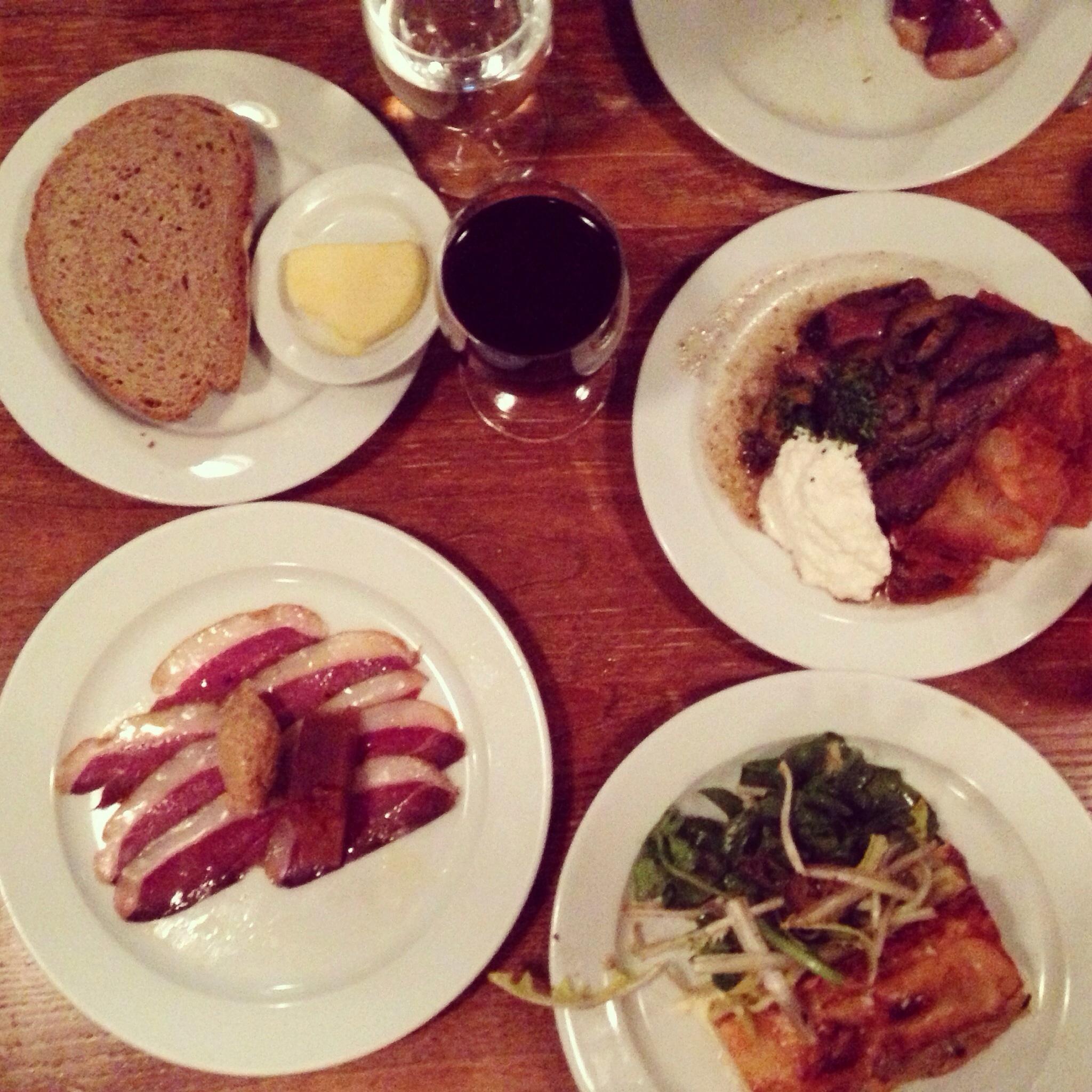 Ett helt bord fyllt av smårätter på Bread & Wine.