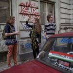 """""""Ungern till ungrarna"""" står det på en bil i de judiska kvarteren i centrala Budapest."""